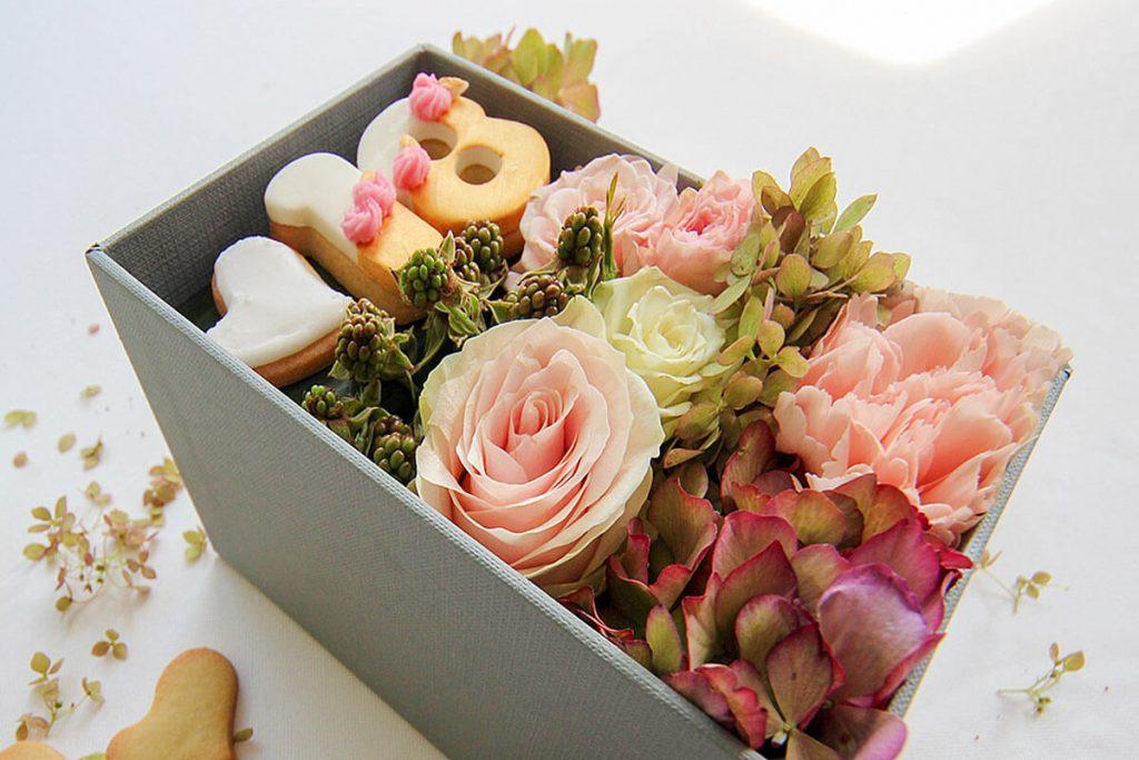 Scatola regalo con Fiori e Dolci-2 - Idoflowers.it